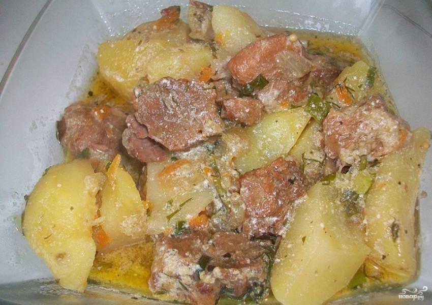 8. Спустя 10-15 минут картошка со свининой в сметане может подаваться к столу. Приятного вам аппетита!