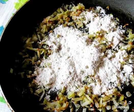 Разогреваем сковородку. Наливаем подсолнечного или оливкового масла и обжариваем лук. Затем, подсыпаем муки. Жарим на среднем огне, помешивая, минут 5-7.