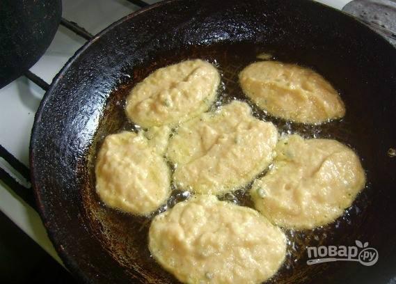 На сковороду влейте растительное масло без запаха и поставьте ее разогреваться. Выкладывайте в сковороду тесто ложкой, формируя оладьи. Обжаривайте с обеих сторон по нескольку минут. Подавайте с зеленью и сметаной.