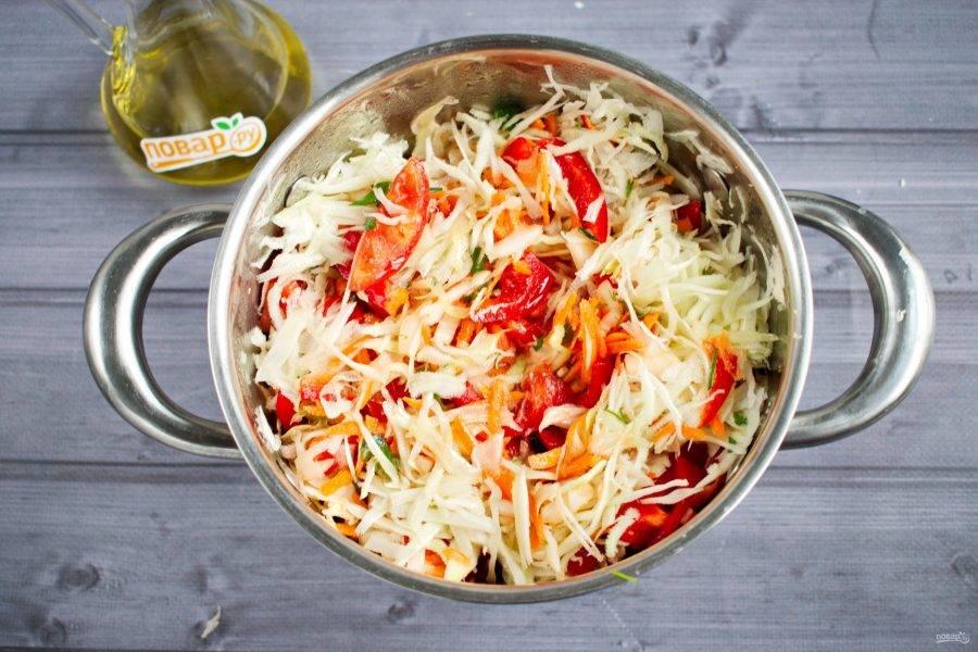5.     Все нарезанные овощи смешайте в большой кастрюле, добавьте соль, сахар, перемешайте. Влейте подсолнечное масло. Перемешайте еще раз и дайте настояться в течение 1 часа.