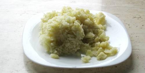 Картофель предварительно отварите, а затем натрите на тёрке.
