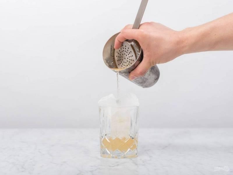 Все встряхните. В стакан выложите лёд. Влейте в него смесь.