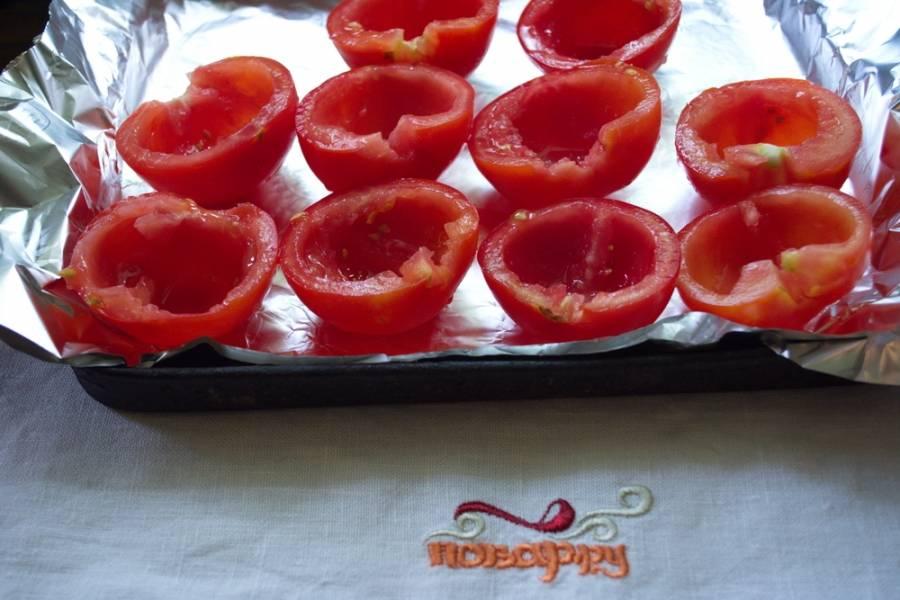Каждый помидор разрезать пополам. Зеленую попку аккуратно удалить. Из самой половинки помидора вынуть семена.