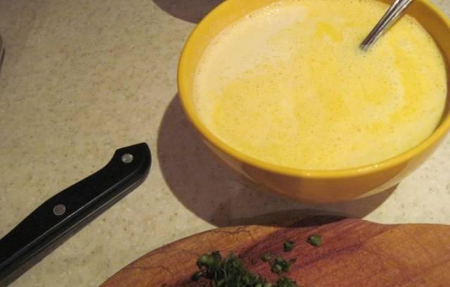 Оставшиеся яйца взбиваем с солью и сливками.