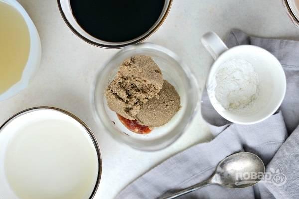 2. В удобную баночку отправьте чили пасту, измельченный чеснок и имбирь, коричневый сахар.