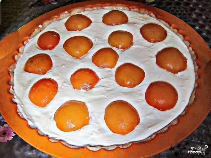 5.Абрикосы вымойте, разделите на половинки и очистите от косточек. Разложите половинки абрикосов поверх начинки.