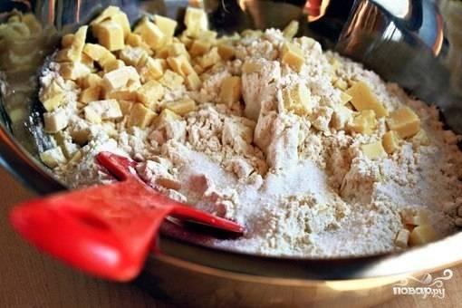 В другой миске перемешиваем шоколад (небольшую часть шоколада оставьте для украшения), муку, разрыхлитель, сахар и соль.