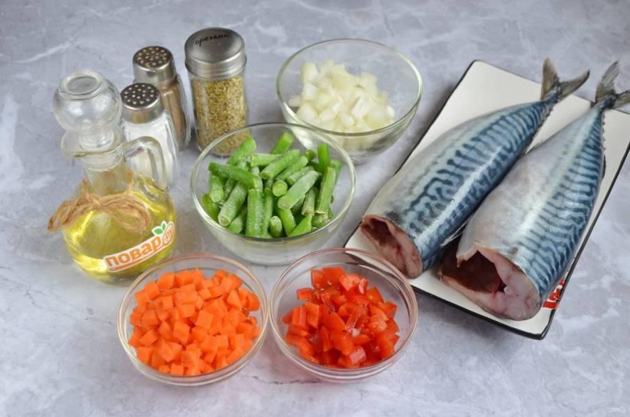 1. Подготовьте продукты. У скумбрии отрежьте голову, удалите внутренности и промойте водой. Овощи очистите, порежьте кубиками. Размораживать фасоль или другие замороженные овощи не нужно.