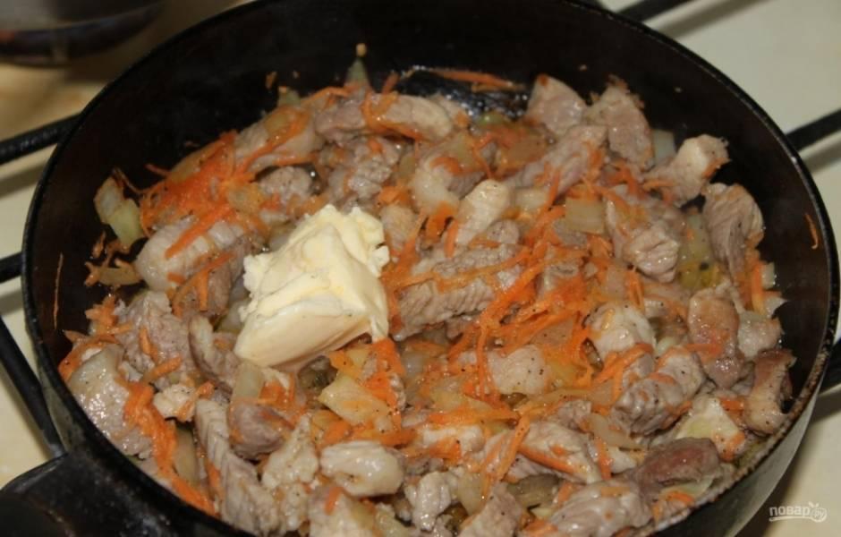 7.Хорошенько прожариваю мясо, чтобы испарилась жидкость, и кладу кусочек сливочного масла (75 грамм).