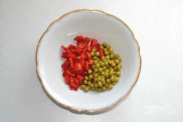 Соедините его в глубоком салатнике с зеленым горошком.