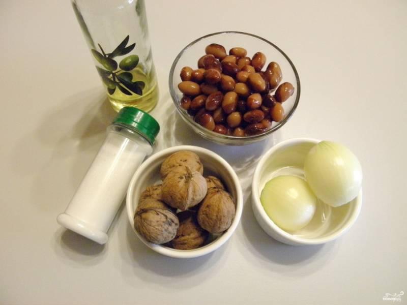 Приготовьте продукты для салата. Отварите фасоль в соленой воде до готовности. оставьте в воде остывать, чтобы не потрескалась фасоль, а после слейте остывшую воду. Очистите лук.
