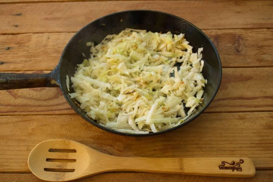 На другой сковороде обжарьте на растительном масле капусту. Просто тушим на масле нашинкованную капусту до едва заметного румянца.