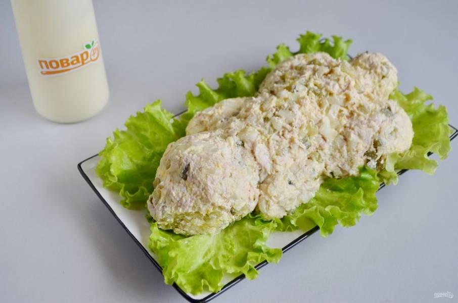 8. На листья салата или пекинской капусты уложите салат, формируя тушку кролика.