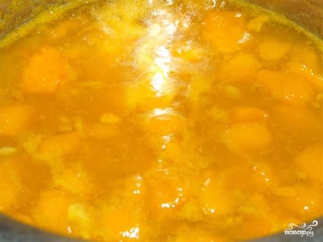 2. Вот примерно так будет выглядеть варенье через час. Измельчим кусочки фруктов в блендере и вернём варенье в кастрюлю. Варим ещё час на маленьком огне.