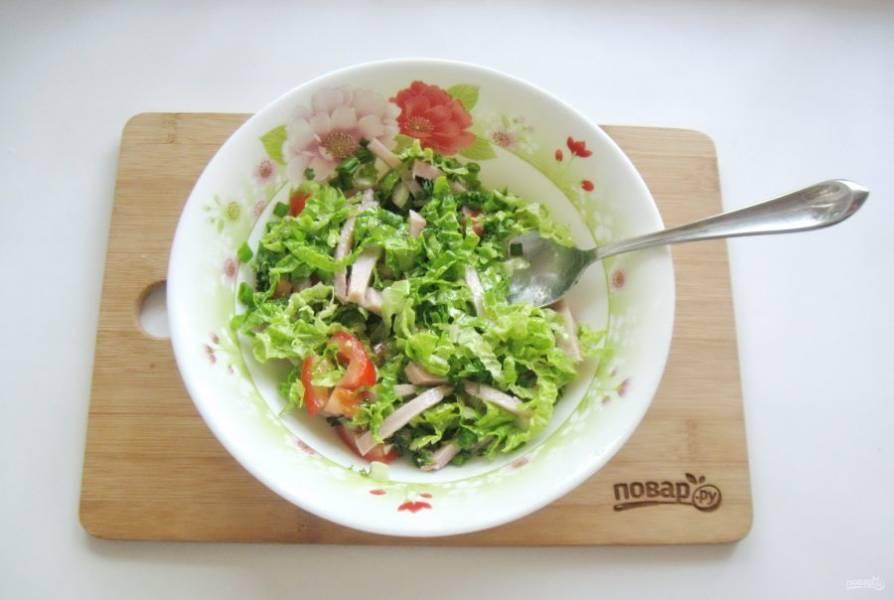 Салат посолите и заправьте любым растительным маслом по вкусу. Перемешайте ингредиенты салата.