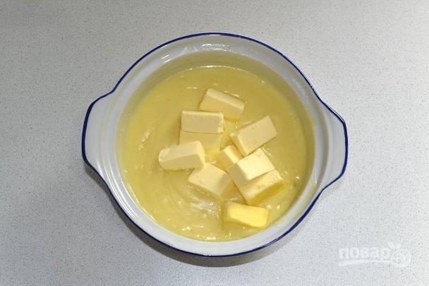 12. Снимите крем с огня и добавьте размягченное сливочное масло.