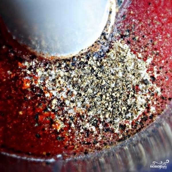 Добавляем соль и перец, перемешиваем.