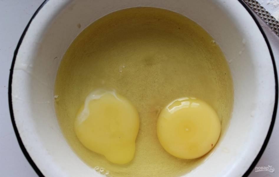 5.В отдельную миску вбиваю яйца, венчиком взбиваю их до образования пены.