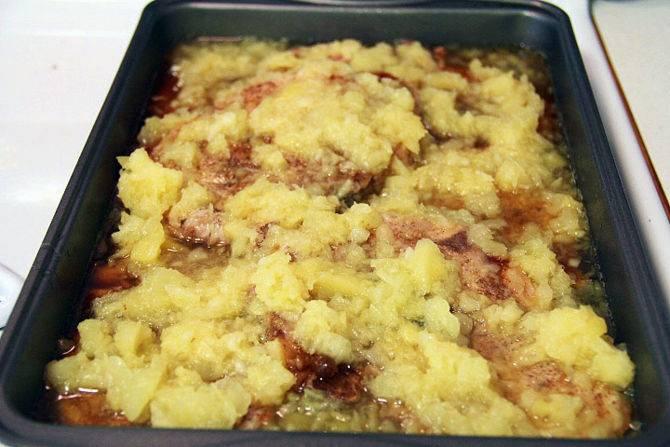 Выложите мясо в форму, залейте соусом из сахара и уксуса, сверху уложите мелко порезанные ананасы. Запекайте при 180 градусах 40 минут.