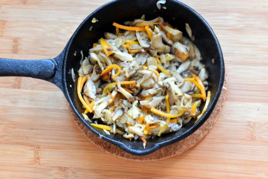 В сковороде на топленом масле потушите нарезанные соломкой грибы. Когда грибной сок выпарится, добавьте лук и морковь, обжарьте все вместе.