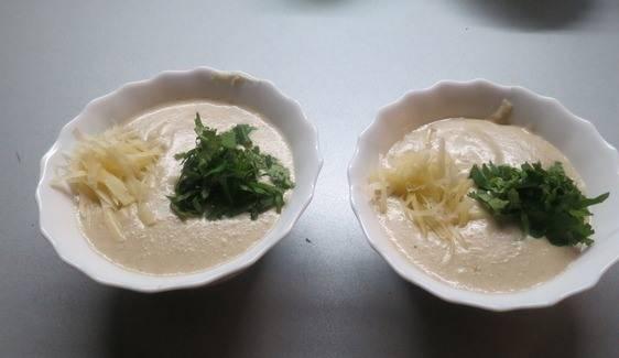 Разливаем готовый суп по тарелкам, сверху присыпаем кинзой и сыром. Приятного аппетита!