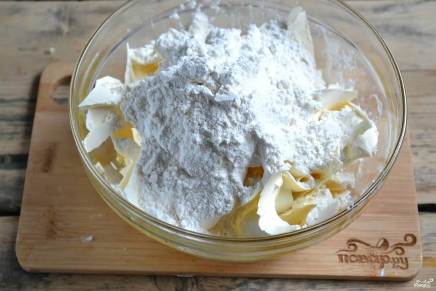 Всыпьте муку, замесите мягкое тесто. Все делать нужно быстро, чтобы маргарин не успел растаять.