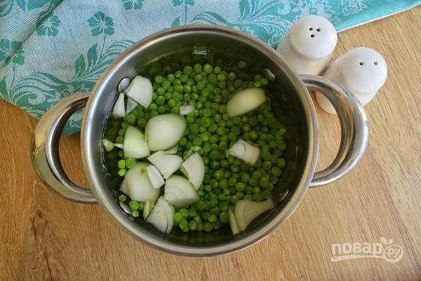 Горошек, крупно нарезанный лук и чеснок, измельченную зелень, залейте горячей водой, чтобы едва покрыть овощи. Доведите до кипения и отварите в течение 10 минут на медленном огне.