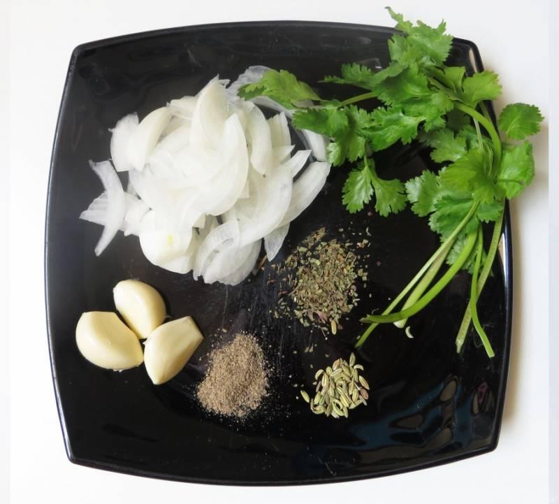 Лук нарежьте ломтиками (полукольцами), подготовьте остальные ингредиенты. Петрушку как следует промойте и обсушите, а чеснок очистите от шелухи.