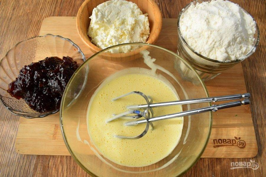 Яйцо, сахар, ванилин взбейте до пышной светлой пены, влейте масло, взбейте.