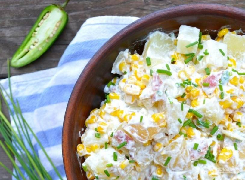 7.Добавьте к салату оставшийся зеленый лук, отправьте в холодильник на 30-60 минут. Подавайте салат охлажденным.