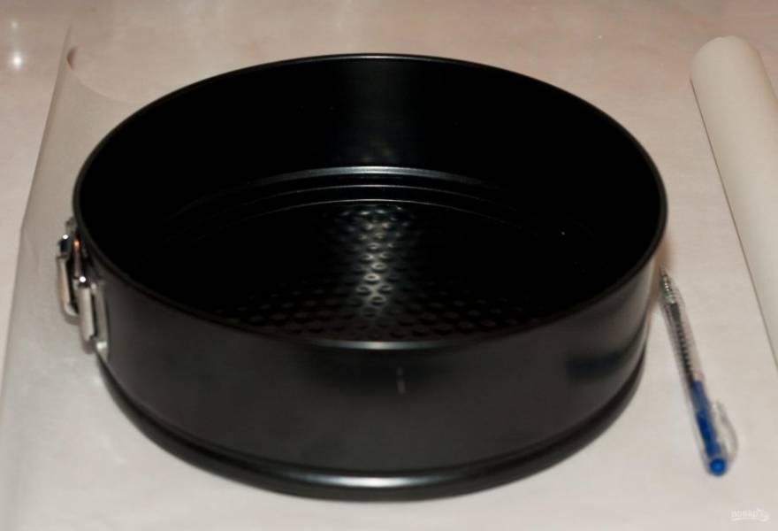 Съёмную круглую форму для выпечки закройте бумагой для выпечки.
