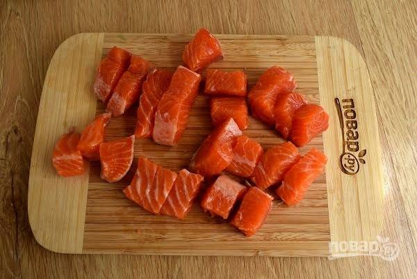 6.     Филе форели нарежьте на равные кусочки, закиньте их в суп и варите не дольше  5 минут. Добавьте измельченную сардину, соль перец по вкусу, перемешайте.