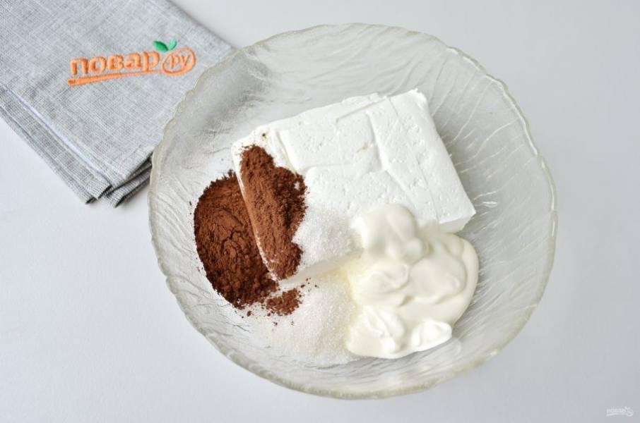 4. Творог соедините с йогуртом, сахаром, какао. Тщательно перемешайте вилочкой.
