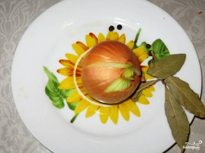 Порежьте пополам лук, но не чистите его - так у бульона будет приятный золотой цвет. Добавьте лук к мясу.