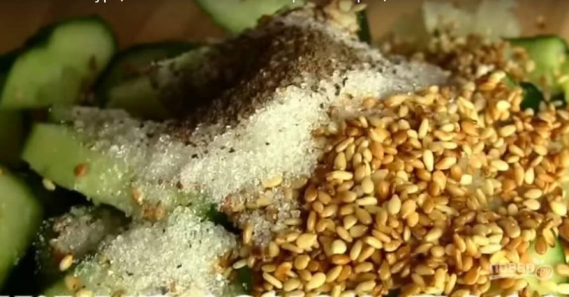 4. Кунжут обжарьте на сковороде до золотистого цвета. Отправьте к огурцам вместе с сахаром и черным перцем.