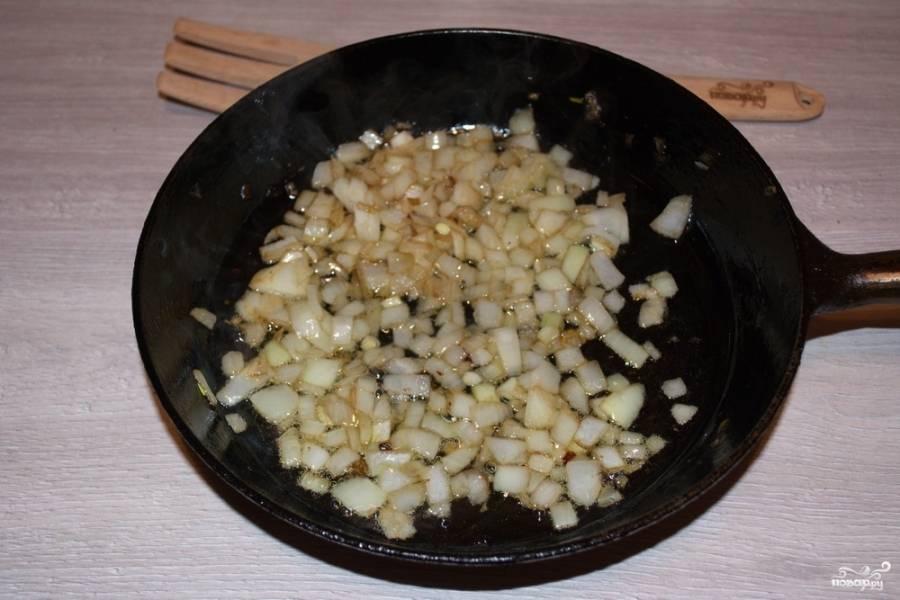 На растительном масле обжарьте лук.