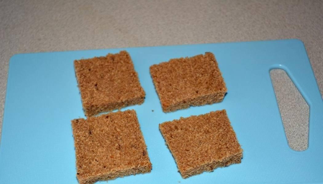 2. Хлеб нарезаем одинаковыми квадратиками или  кружочками. Смазываем полученным морковным соусом.