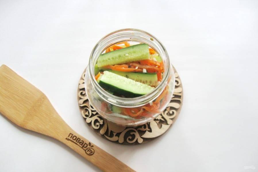 Разложите салат в стерилизованные баночки и закатайте крышками. Переверните верх дном и укутайте в одеяло до полного охлаждения.