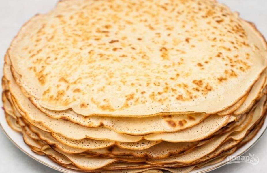 Выложите готовые блины горкой на тарелку. Из такого количества продуктов получится около 12-15 блинчиков. Это будут слои торта. Важно чтобы они были одинаковго размера и правильной круглой формы.