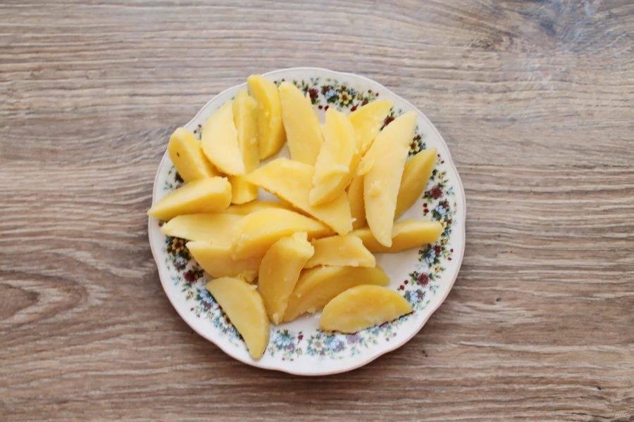 Картофель почистите и порежьте дольками. Отварите в соленой воде в течение 10 минут на среднем огне после закипания. Картофель должен свариться наполовину, слейте воду.
