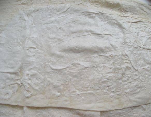 5. Смазать лист соусом.