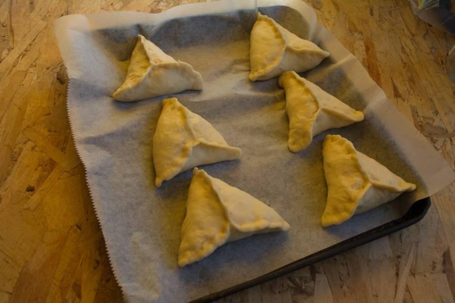 Сформированные пирожки укладываем на противень. Смазываем взбитым яйцом. Разогреваем духовку до 180 градусов. Выпекаем пирожки в духовке 15-20 минут.