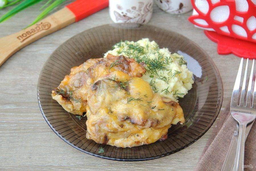 Поставьте противень в разогретую до 180 градусов духовку на 20 минут. Куриные отбивные с грибами готовы. Простое, но очень вкусное блюдо! Подавать лучше с пылу с жару, пока сыр еще тянется, а мясо нежное и сочное. Приятного аппетита!
