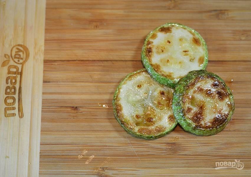 Кружки кабачков обжарьте в масле на сковороде.