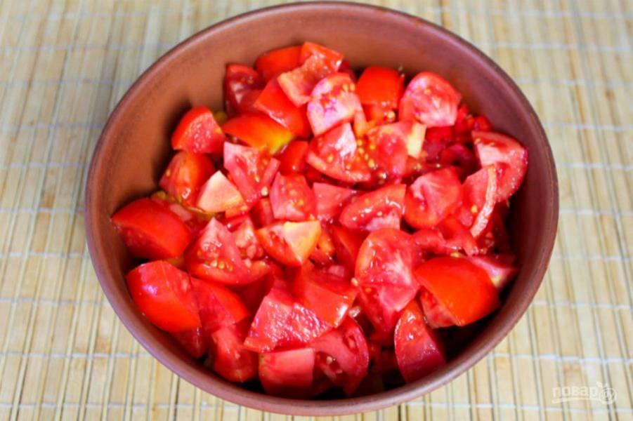 Далее, кладем в салат помидоры.