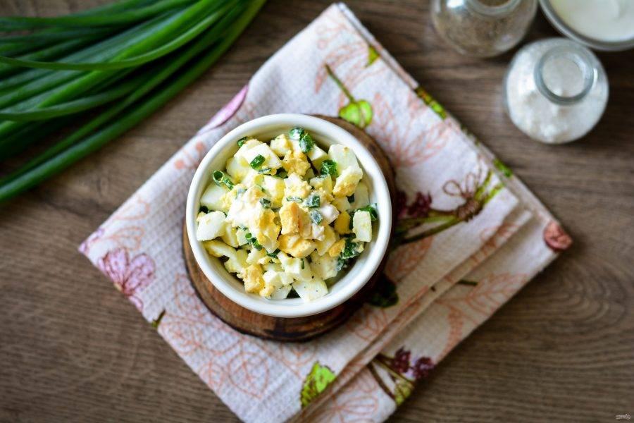 Готовый луковый салат с яйцами подавайте сразу к столу.