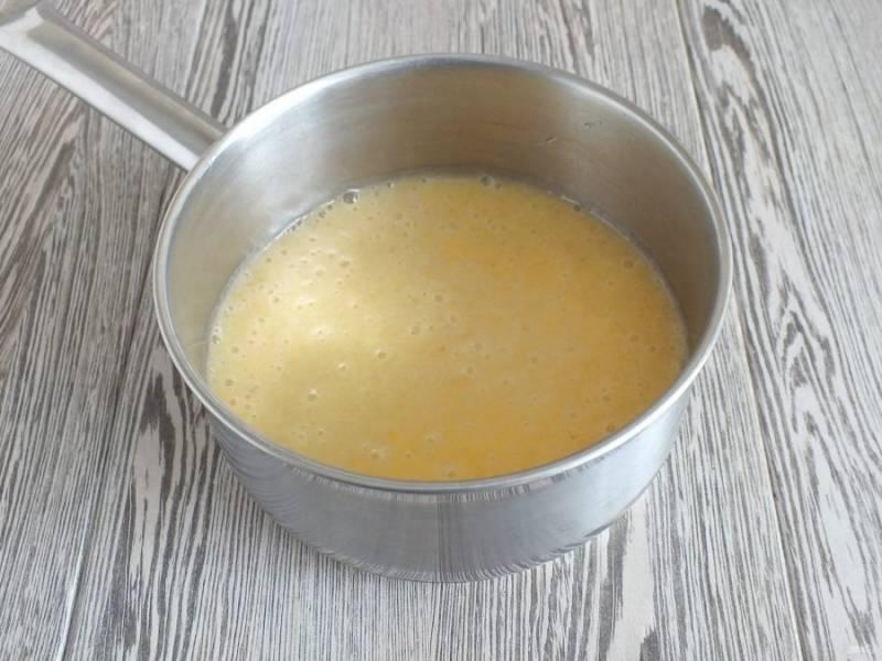 Перелейте бананово-апельсиновую массу в сотейник. Поставьте на огонь. Нагревайте, помешивая. Как только появятся первые пузырьки, снимите с огня.