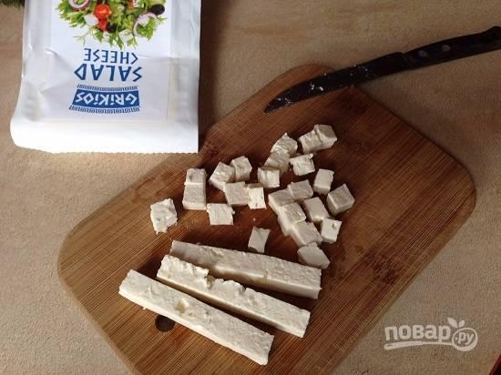 И нарежем на небольшие кубики сыр. У меня греческий сыр для салата, можно использовать любой соленый сыр.