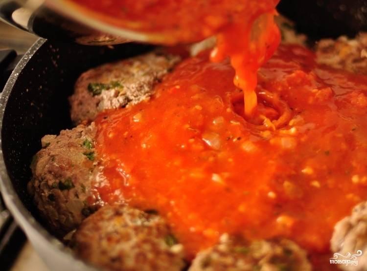 Переливаем приготовленный соус в сковородку с тефтелями, накрываем крышкой и тушим на медленном огне 20 минут. Наши ароматные тефтели с сюрпризом готовы, приятного всем аппетита!