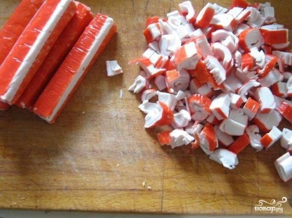 1. Если палочки замороженные, то предварительно размораживаем их, если нет, то сразу нарезаем небольшими кусочками.